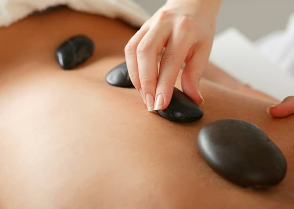 Wärmende Hot Stone Massage