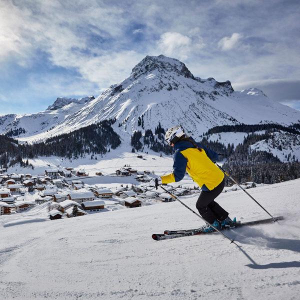 Skifahren mit Blick auf Lech und dem Hotel Auriga
