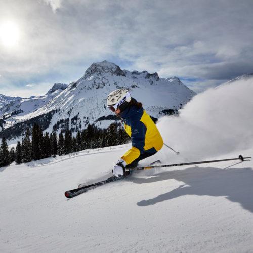 Skifahren alleine auf der Piste mit Blick auf die Lecher Bergwelt
