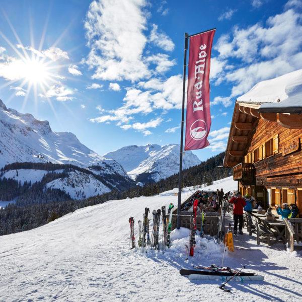 Aufwärmen und Mittagessen in der Skihütte in Lech am Arlberg