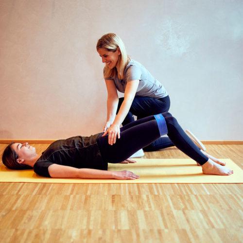 Workout mit Fitnessband im Hotel Auriga