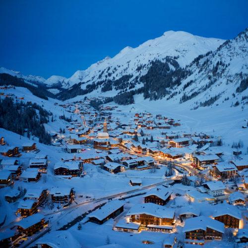 Lech am Arlberg aus der Vogelperspektive in der Abenddämmerung