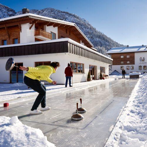 Winterliches Eisstockschießen auf der Kunsteisstockbahn vom Hotel Auriga